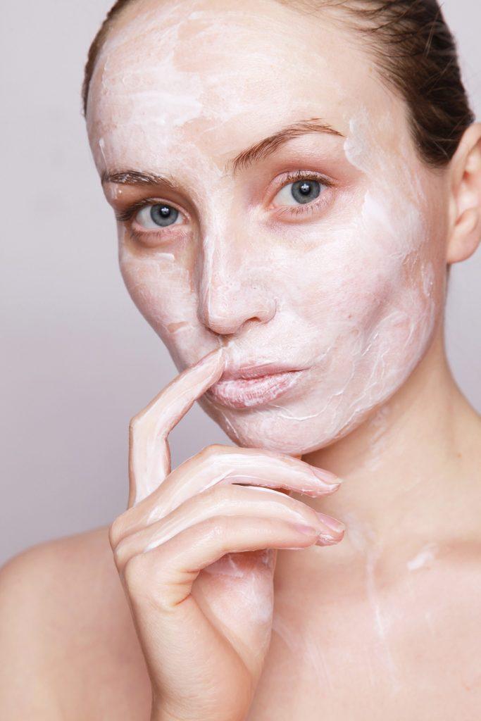 עור פנים ללא קמטים תמרחו קרם הגנה לפנים